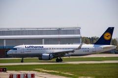 Atterraggio di aeroplano di Lufthansa Airbus 320-200 fotografia stock libera da diritti