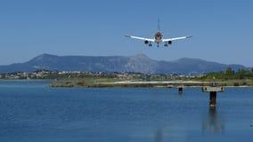 Atterraggio di aeroplano moderno del passeggero nell'aeroporto sull'isola di Corfù, Grecia stock footage