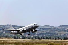 Atterraggio di aeroplano moderno dell'aereo passeggeri. Immagine Stock