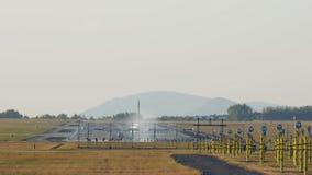 Atterraggio di aeroplano sulla pista al metraggio dell'impedimento di pomeriggio 4K stock footage