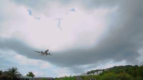 Atterraggio di aeroplano in tempo nuvoloso, Tailandia - 4 ottobre 2017 stock footage