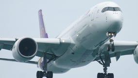 Atterraggio di Airbus A350 dell'aeroplano archivi video