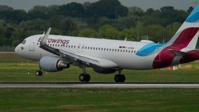 Atterraggio di Airbus 320 Eurowings video d archivio
