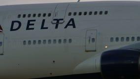 Atterraggio di Delta Airlines Boeing B777 a Narita archivi video