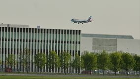 Atterraggio di Eurowings Airbus sull'aeroporto di Monaco di Baviera, MUC, molla video d archivio