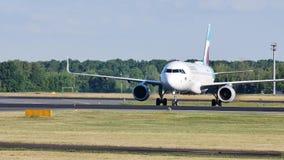 Atterraggio di Eurowings Airbus sull'aeroporto di Schiphol Amsterdam, AMS stock footage