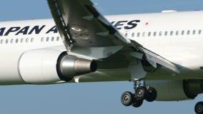 Atterraggio di Japan Airlines Boeing B767 a Narita stock footage