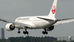 Atterraggio di Japan Airlines JAL Boeing B787-8 all'aeroporto di Narita Immagine Stock