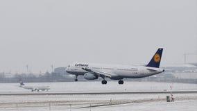 Atterraggio di Lufthansa Airbus A321-200 D-AIDP nell'aeroporto di Monaco di Baviera, MUC archivi video