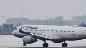Atterraggio di Lufthansa Airbus A320-200 D-AIZZ sull'aeroporto di Monaco di Baviera, MUC, neve video d archivio