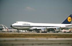 Atterraggio di Lufthansa Boeing B-747 a Los Angeles dopo un volo da Francoforte nel febbraio 1987 fotografia stock libera da diritti