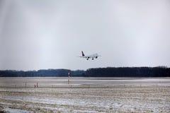 Atterraggio di Lufthansa CityLine Embraer ERJ-195 D-AEMD nell'aeroporto di Monaco di Baviera Fotografia Stock Libera da Diritti