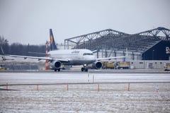 Atterraggio di Lufthansa CityLine Embraer ERJ-195 D-AEMD nell'aeroporto di Monaco di Baviera Immagine Stock