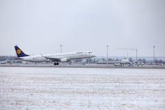 Atterraggio di Lufthansa CityLine Embraer ERJ-195 D-AEMD nell'aeroporto di Monaco di Baviera Immagine Stock Libera da Diritti