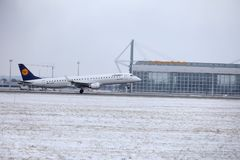 Atterraggio di Lufthansa CityLine Embraer ERJ-195 D-AEMD nell'aeroporto di Monaco di Baviera Fotografia Stock