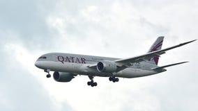 Atterraggio di Qatar Airways Boeing 787 Dreamliner Immagini Stock