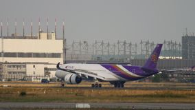 Atterraggio di Thai Airways Airbus A350 video d archivio