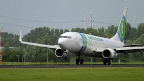 Atterraggio di Transavia Boeing 737 stock footage