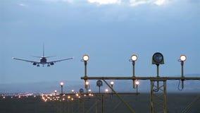 Atterraggio di un aeroplano stock footage
