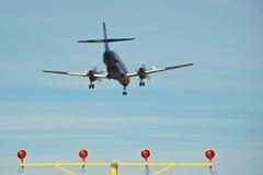 Atterraggio di velivoli sopra gli indicatori luminosi di pista Immagini Stock Libere da Diritti