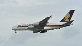 Atterraggio enorme eccellente di Singapore Airlines Airbus A380 all'aeroporto di Changi Immagini Stock