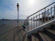 Atterraggio-fase della barca con la vecchia lanterna bianca immagine stock libera da diritti