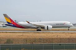 Atterraggio nuovissimo di Asiana Airlines Airbus A350 al LASSISMO fotografia stock libera da diritti