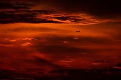 Atterraggio o decollo di aeroplano nel tramonto con il cielo rosso nell'aeroporto internazionale di Bucarest, macchia normale immagini stock