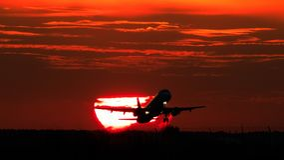 Atterraggio o decollo di aeroplano nel tramonto con il cielo rosso nell'aeroporto internazionale di Bucarest, macchia normale immagine stock