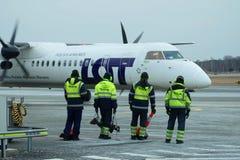 Atterraggio piano di linee aeree del LOTTO all'aeroporto di Riga fotografia stock