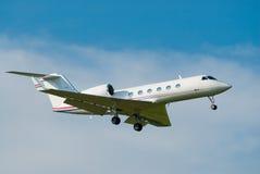 Atterraggio privato del jet Immagini Stock Libere da Diritti