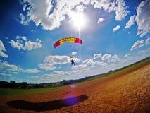 Atterraggio in tandem del paracadute con il chiarore della lente Fotografie Stock Libere da Diritti