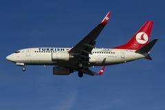 Atterraggio turco di Boeing 737 di linea aerea Immagini Stock Libere da Diritti