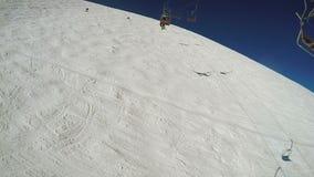 Atterrando dall'ascensore di sci stock footage