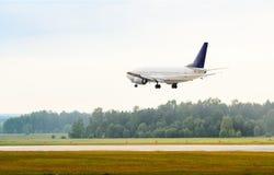 Atterrando o decollando l'aeroplano del passeggero Immagini Stock Libere da Diritti