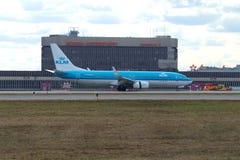 Atterrissage Boeing 737-800 lignes aériennes de PH-BGA KLM Royal Dutch sur le fond du terminal F de l'aéroport de Sheremetyevo un Images stock