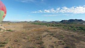 Atterrissage chaud de ballon à air de passé d'antenne dans le désert banque de vidéos