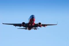 Atterrissage commercial d'avion à réaction Photos stock