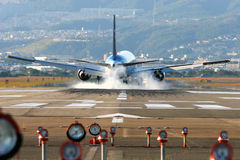 Atterrissage d'aéronefs à Osaka Images stock