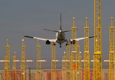Atterrissage d'aéronefs et projecteurs d'atterrissage. Images libres de droits