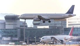 Atterrissage d'aéroport d'avion Images stock