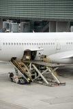 Atterrissage d'aéroport de Paris et cargaison et passager de chargement Images libres de droits