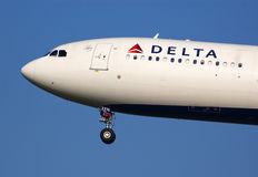 Atterrissage d'A330 Delta Airlines Photos stock