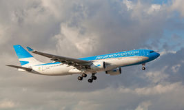 Atterrissage d'Aerolineas Argentinas Airbus-330 à l'aéroport international de Miami Photographie stock libre de droits