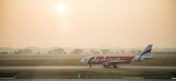 Atterrissage d'Air Asia Airbus A320 d'avion de ligne à l'aéroport de Bangkok Photos libres de droits