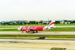 Atterrissage d'Air Asia Airbus A320 d'avion de ligne à l'aéroport de mueang de Don, Bangkok Image stock