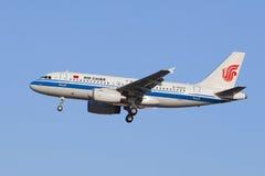 Atterrissage d'Air China B-6023 Airbus A-319-100 dans Pékin, Chine Photos libres de droits