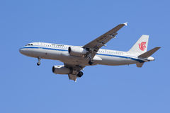 Atterrissage d'Air China B-6676 Airbus A-320-200 dans Pékin, Chine Photos stock