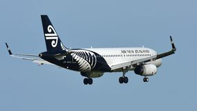 Atterrissage d'Air New Zealand Airbus A320 à l'aéroport international d'Auckland Images stock