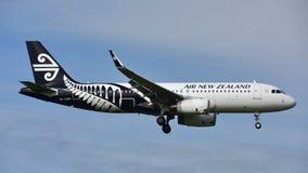 Atterrissage d'Air New Zealand Airbus A320 à l'aéroport international d'Auckland Photographie stock